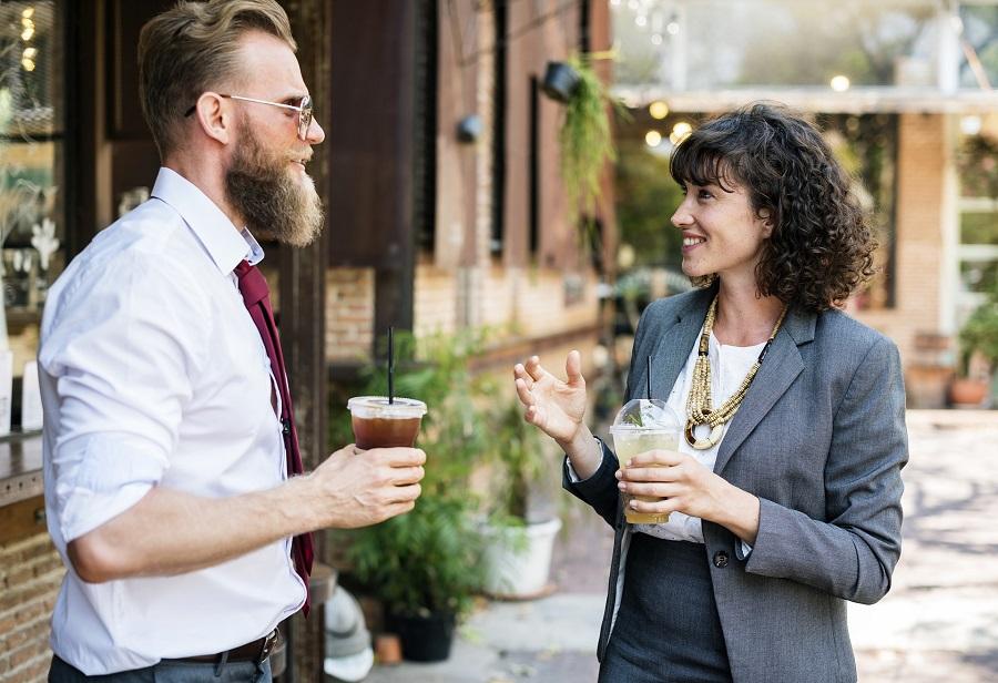 man-vrouw-geven-tip-en-feedback